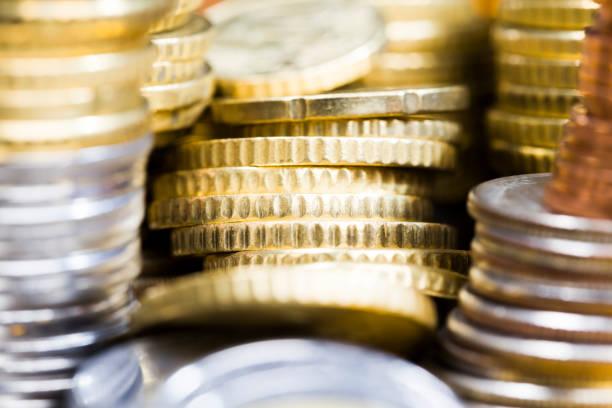 diferentes colores y denominaciones de monedas - indemnización compensación fotografías e imágenes de stock