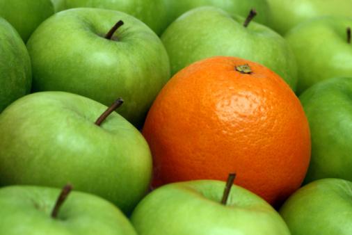 Różne Pojęciapomarańczowy Między Jabłka - zdjęcia stockowe i więcej obrazów Abstrakcja