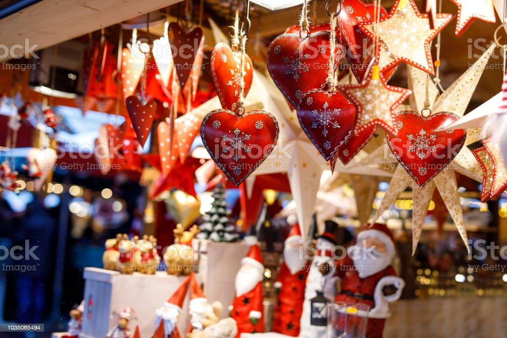 Verschiedene Dekoration, Spielzeug für Weihnachtsbaum am Weihnachtsmarkt, Nahaufnahme von gemütlichen handgefertigte Herzen – Foto