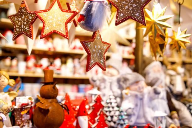 verschiedene dekoration, spielzeug für weihnachtsbaum am weihnachtsmarkt, nahaufnahme von gemütlichen handgemachte lebkuchen sterne - weihnachtsfeier münchen stock-fotos und bilder
