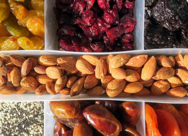 Verschiedene Trockenfrüchte und Nüsse in einer Kunststoffbox – Foto