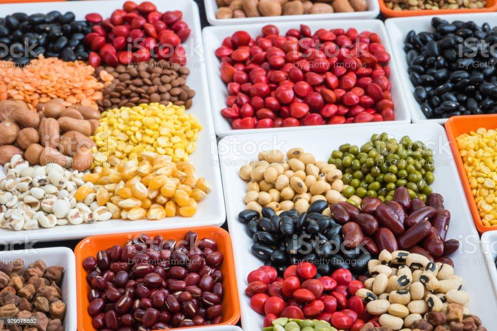 コンテナーの異なる乾燥豆類、多色乾燥健康的な食事のために豆 ストックフォト