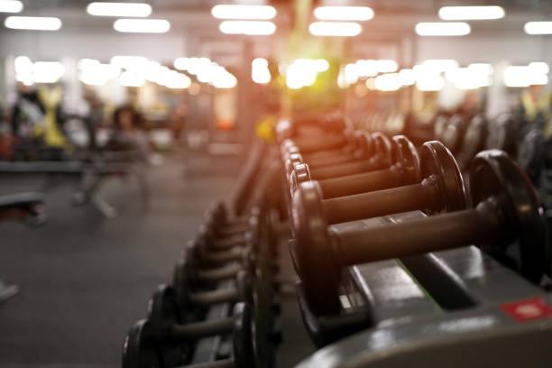 pesos diferentes haltere no centro de fitness - comodidades para lazer - fotografias e filmes do acervo