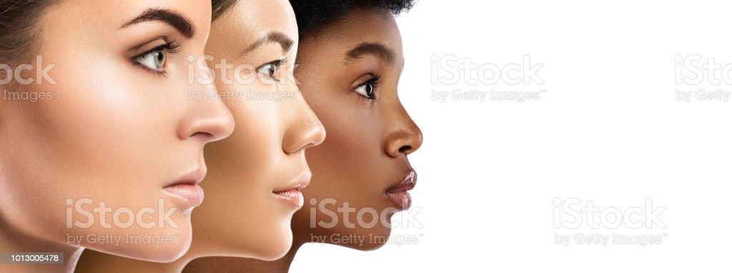 Mulheres de etnias diferentes - caucasianos, africanos, asiáticos. - foto de acervo