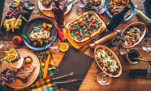 diferentes alimentos cozinhados em uma mesa de madeira - comida italiana - fotografias e filmes do acervo