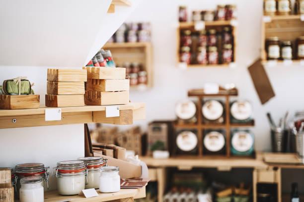 Verschiedene Lebensmittel und Körperhygiene oder Kosmetikprodukte in Null-Abfall-Shop. Kunststoff-freie Lebensmittelgeschäft. – Foto