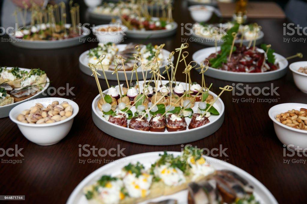 Verschiedenen Food-Snacks und Häppchen in Runde Platten auf corporate-Event-Party. Feier mit catering Banketttisch. – Foto