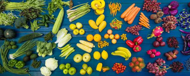 verschiedene früchte und gemüse zu essen gesund - grüne paprikaschoten stock-fotos und bilder