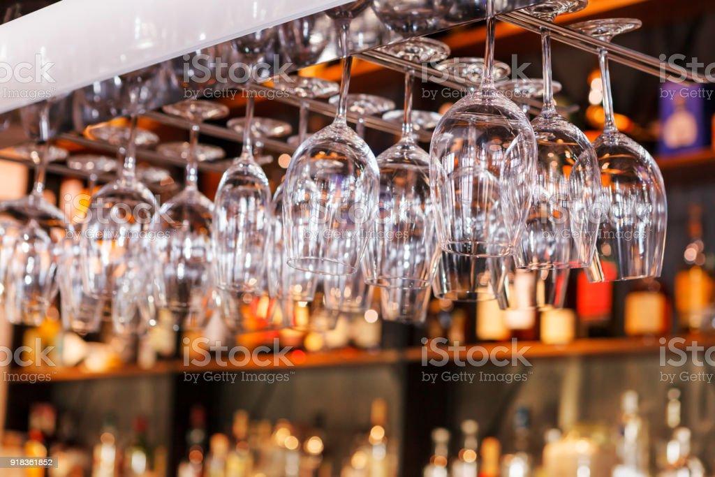 verschiedene Gläser hängen über der Bar. Soft-Fokus. selektiven Fokus – Foto