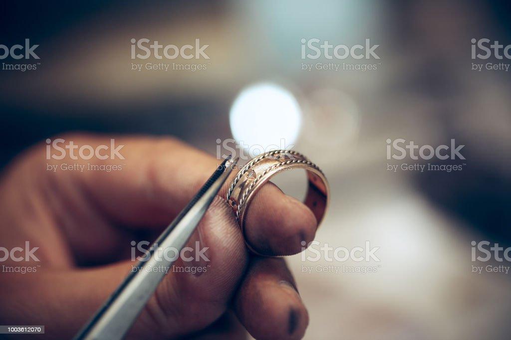 Andere Goldschmiede Werkzeuge Schmuck auf den Arbeitsplatz. Juwelier bei der Arbeit in Schmuck – Foto