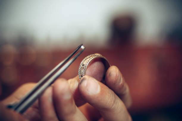 andere goldschmiede werkzeuge schmuck auf den arbeitsplatz. juwelier bei der arbeit in schmuck - ring anleitung stock-fotos und bilder