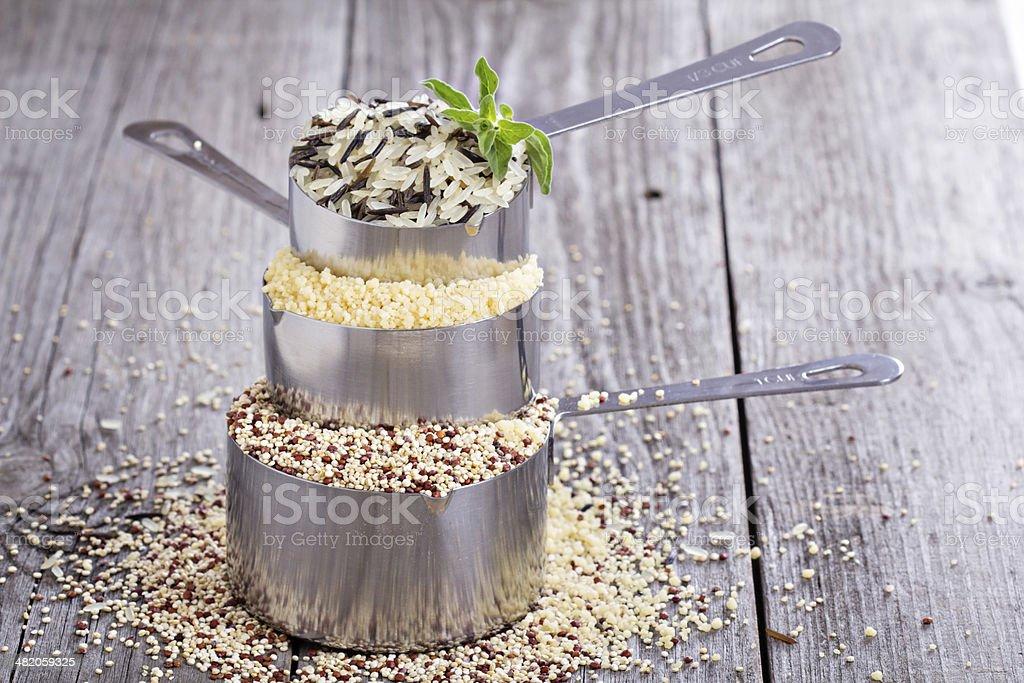 Granos en recipientes de medición diferentes - Foto de stock de Agricultura libre de derechos