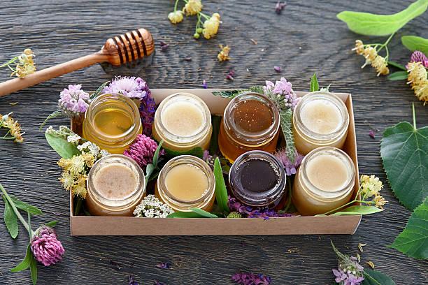 verschiedene arten von honig in einer box - kastanienhonig stock-fotos und bilder