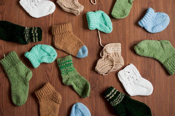 verschiedene gestrickten socken für babys - babyschuhe nähen stock-fotos und bilder