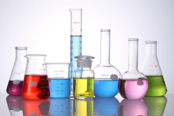 verschiedene laborglas - messzylinder stock-fotos und bilder