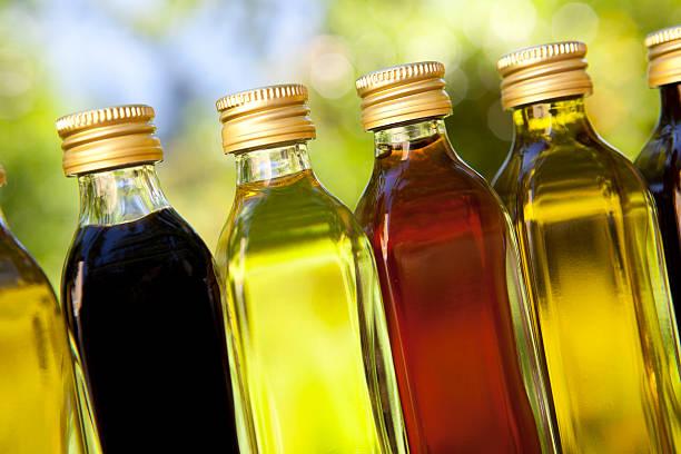 Verschiedene Öle und Essig – Foto
