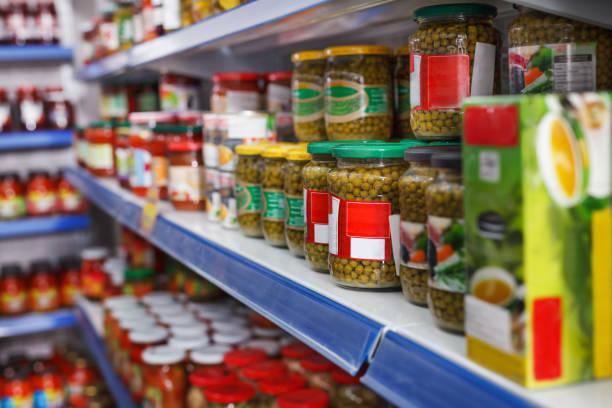 식품이 게에서 선반에 다른 피 클 상품 - 통조림 식품 뉴스 사진 이미지
