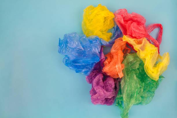 différents sacs en plastique sur fond bleu. vue de dessus. - sac en plastique photos et images de collection