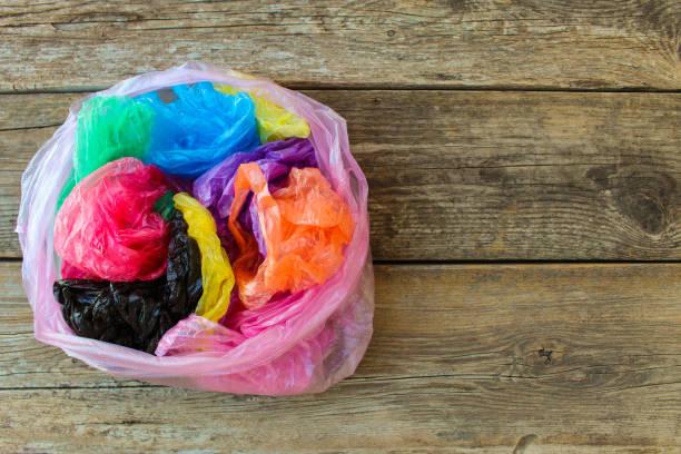 différents sacs en plastique sur fond en bois. - sac en plastique photos et images de collection
