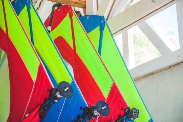 verschiedene segel für den windsurf-dreh in der scheune - kitesurfen lernen stock-fotos und bilder