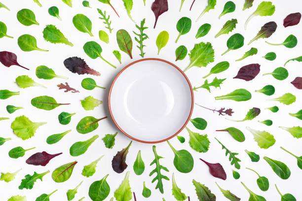 Verschiedenen Salatblätter und eine Schale auf weißem Hintergrund – Foto