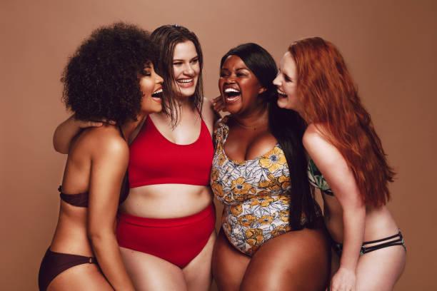 fêmeas de tamanho diferente de biquíni rindo juntos - body positive - fotografias e filmes do acervo