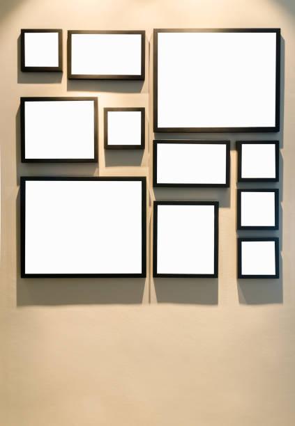 unterschiedliche größe der schwarzen bilderrahmen an wand - fotoformate stock-fotos und bilder