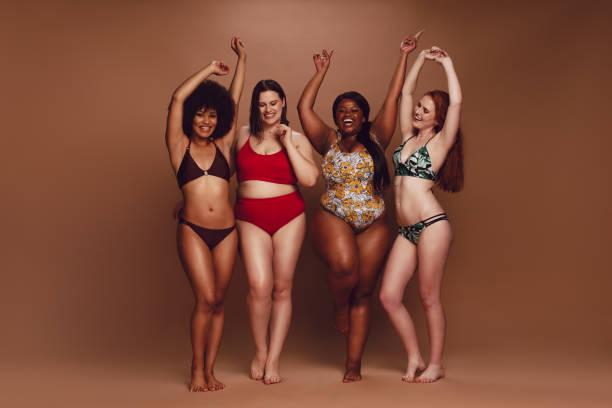不同身材的比基尼女性一起跳舞 - 人體 個照片及圖片檔