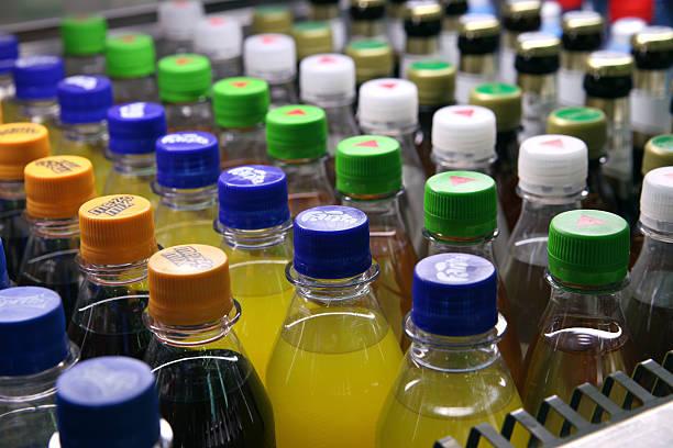 verschiedene alkoholfreie getränke flaschen - pfand stock-fotos und bilder