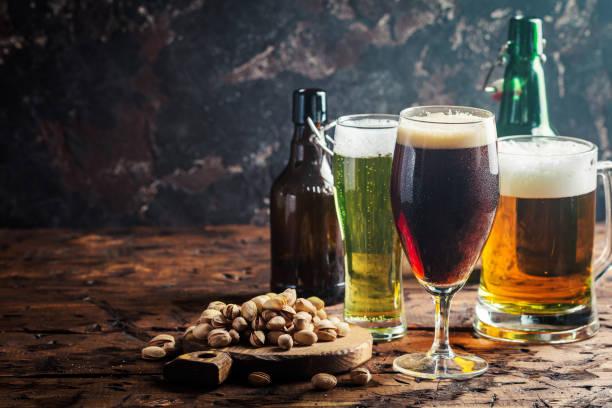 diferentes tipos de cervejas artesanais - ale - fotografias e filmes do acervo