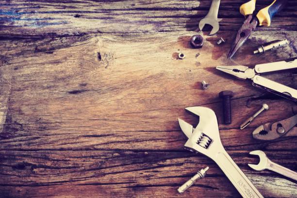 verschiedene werkzeuge auf einem hölzernen hintergrund draufsicht mit textfreiraum, vintage retro ton, tag der arbeit-hintergrund - werkzeugbank stock-fotos und bilder
