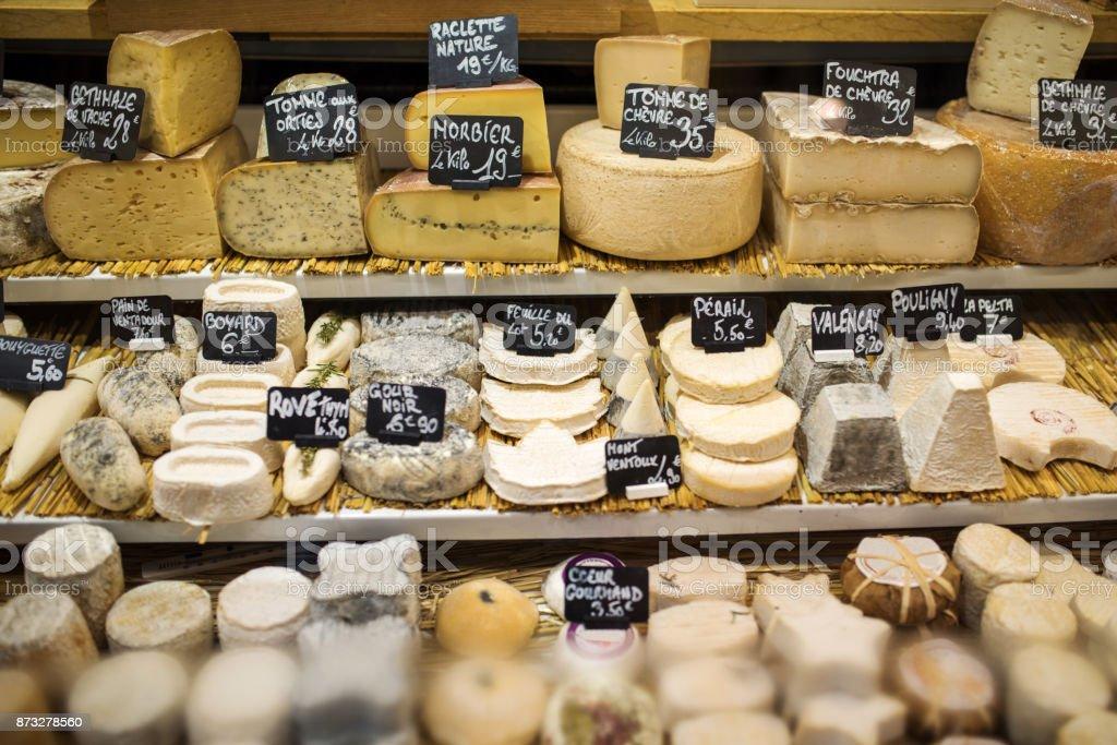 Verschiedene Arten von Käse im Store, Paris, Frankreich – Foto