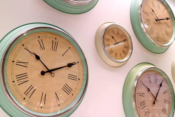 diferentes tipos de pared estilo retro relojes en la pared - wall clock fotografías e imágenes de stock