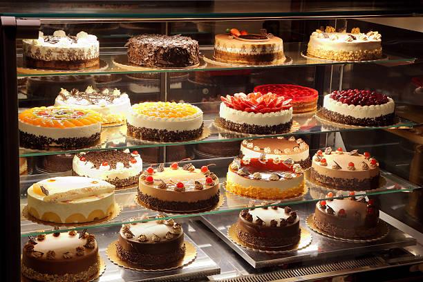 Diferentes tipos de bolos, pães de vidro - foto de acervo