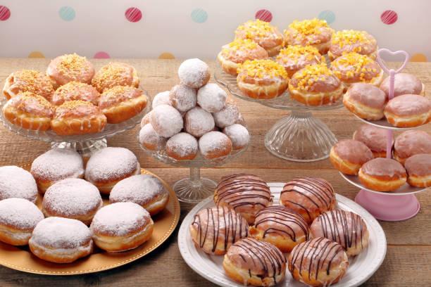 verschiedene arten von donuts - donnerstagnachmittag stock-fotos und bilder