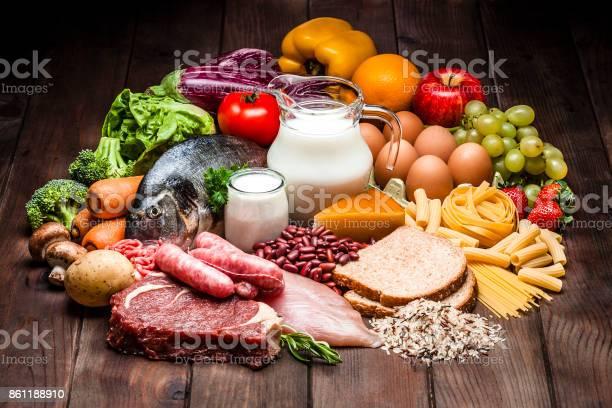 Verschiedene Arten Von Lebensmitteln Auf Rustikalen Holztisch Stockfoto und mehr Bilder von Abnehmen
