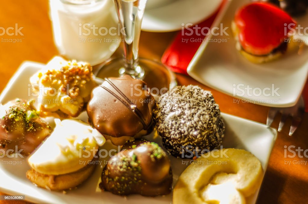 diferentes tipos de biscoitos artesanais com diferentes coberturas - Foto de stock de Alimentação Não-saudável royalty-free