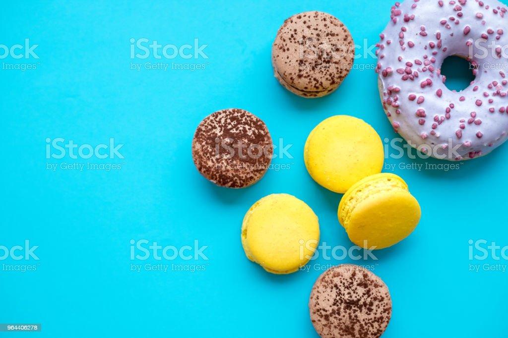 Verschillende soorten bitterkoekjes, donuts op blauwe achtergrond van snoep. Kleurrijke en smakelijke Franse Macarons op blauwe achtergrond. Bovenaanzicht. Kopiëren van ruimte - Royalty-free Amerikaanse biscuit Stockfoto