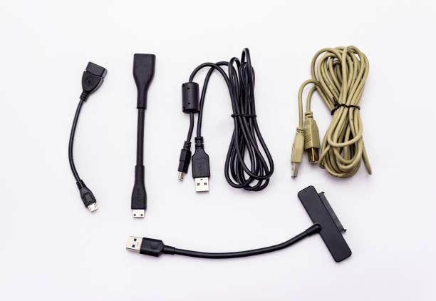 Verschiedene Arten von USB-Kabeln. Isoliert auf einem weißen Hintergrund mit einem Beschneidungspfad. – Foto