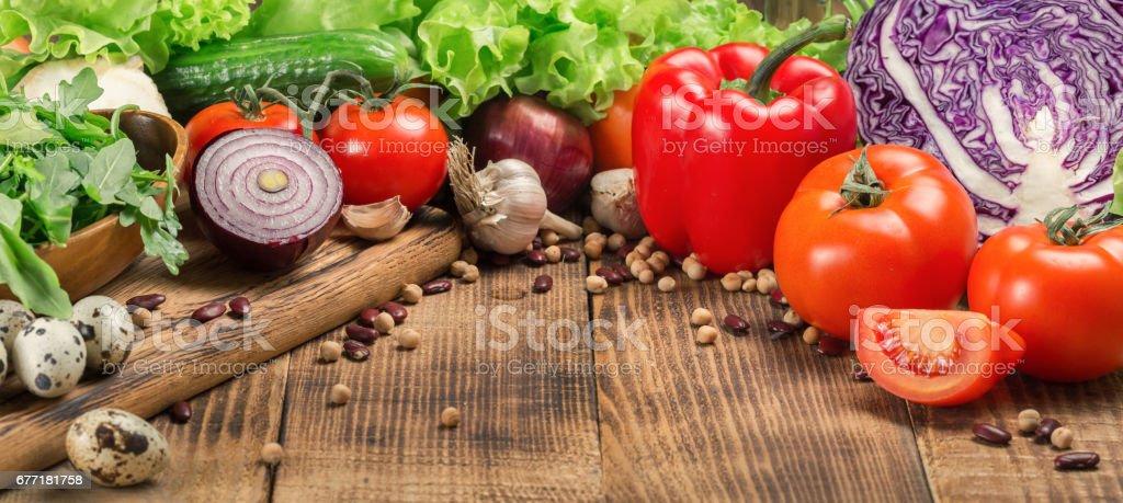 Verschiedene Gemüse auf dem Holztisch mit Textfreiraum Lizenzfreies stock-foto
