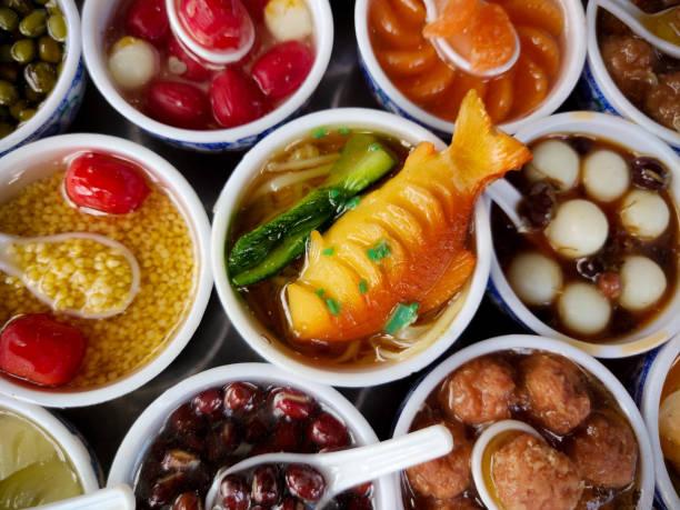 不同的越南菜冰箱磁鐵展出,重點是在碗裡供應的魚 - gif 個照片及圖片檔