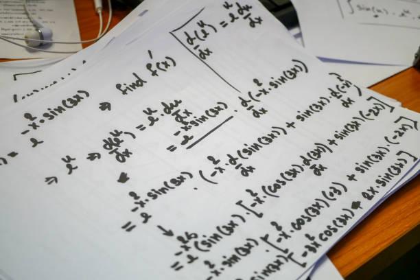 Differentiatie probleem, vergelijkingen schetst op wit papier, wiskunde notatie, calculus voor engineering en wetenschappelijk studeren. foto