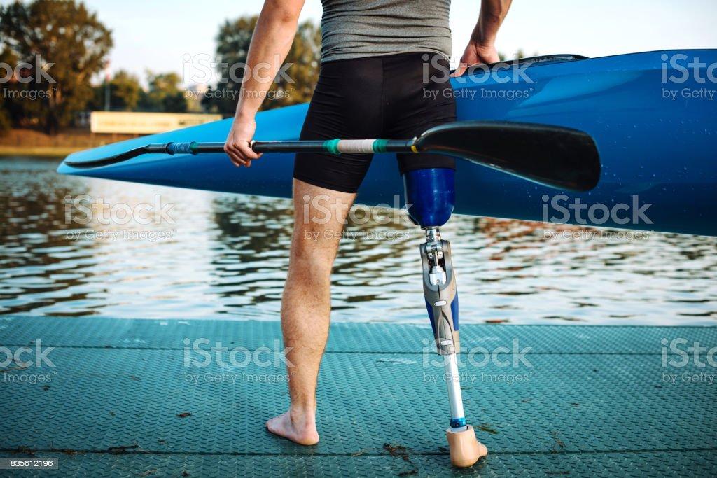 Atleta de capacidad diferentes con prótesis con kayak - foto de stock