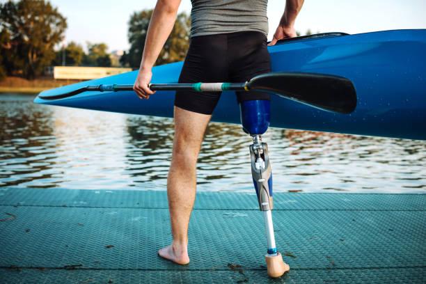Athlète de capacité différentes avec prothèses tenant kayak - Photo