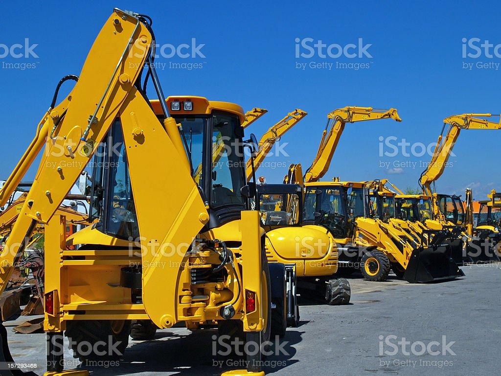 Diggers in einer Reihe auf industriellen Parkplatz – Foto