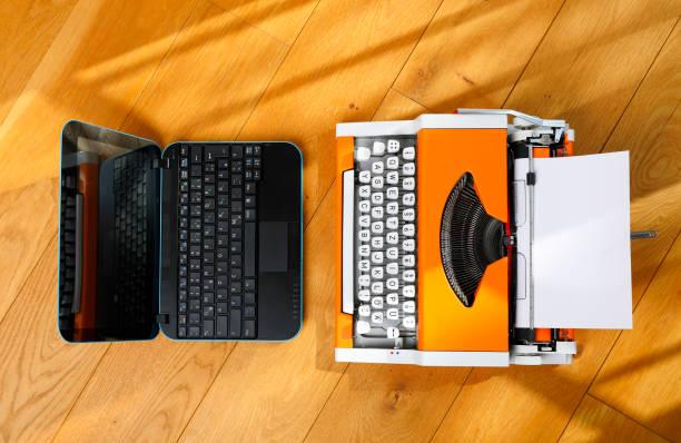 Digitale und analoge – Laptop und 70er-Jahre-Texpewriter – Foto