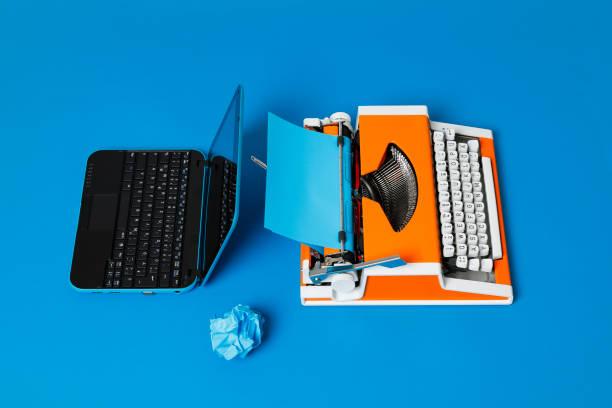 Digital und analog – Laptop und 70er Jahre Schreibmaschine – Foto
