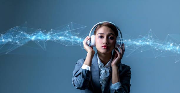 concepto de dispositivo de audio digital. - auriculares equipo de música fotografías e imágenes de stock