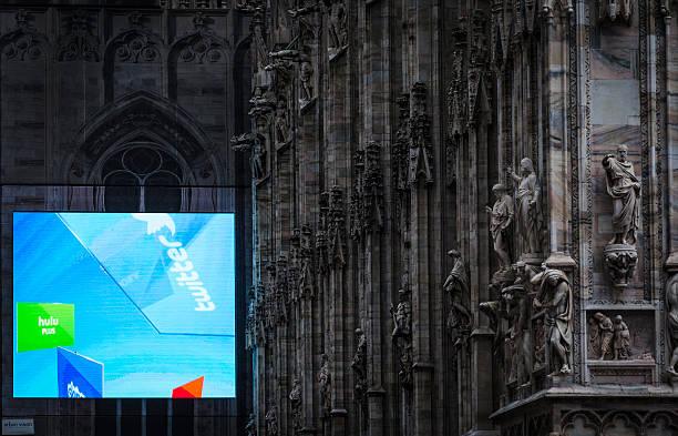 digital billboard on the side of Milano's Duomo foto