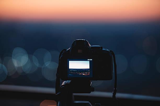 digital-kamera auf einem stativ - dunkle flecken entferner stock-fotos und bilder